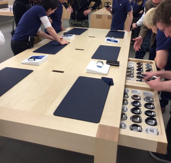 apple-watch-apple-store-3