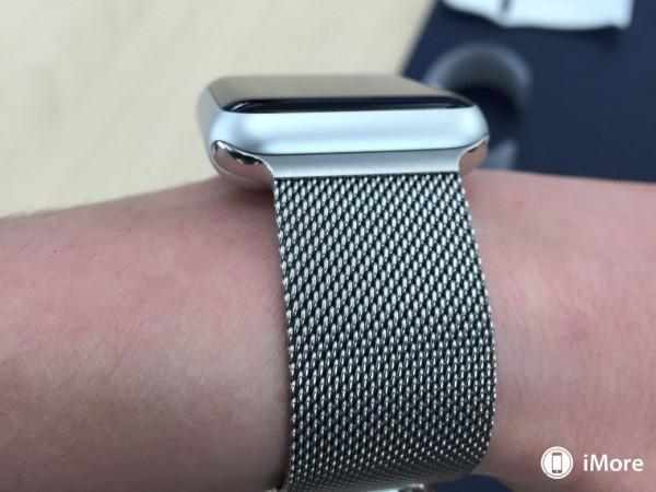 apple-watch-sport-avec-bracelet-milanais-boucle-moderne-et-cuir-2