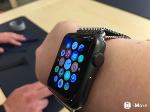 apple-watch-sport-avec-bracelet-milanais-boucle-moderne-et-cuir-3
