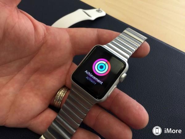apple-watch-sport-avec-bracelet-milanais-boucle-moderne-et-cuir-4