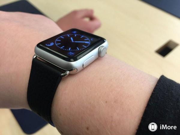 apple-watch-sport-avec-bracelet-milanais-boucle-moderne-et-cuir-6