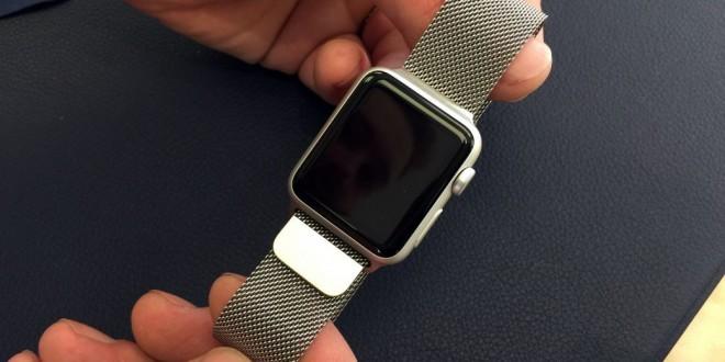 apple-watch-sport-avec-bracelet-milanais-boucle-moderne-et-cuir